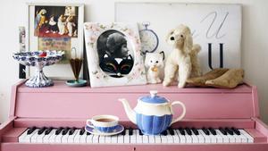 Elsa Billgrens allra bästa fynd var gratis. En av hennes systers vänner körde förbi hennes fönster och frågade om hon ville ärva det rosa skolpianot han hade i bakluckan på raggarbilen. Två veckor senare träffade hon sin blivande make, som visade sig vara pianist. Saker med en historia är de finaste att inreda med, tycker Elsa Billgren.