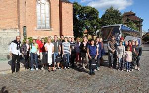 46 nyanlända Falubor hade anmält sig till torsdagens rundtur i Falun. Till vänster syns guiden Per Grundström. Foto: Curt Kvicker
