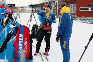Tobias Arwidson i samtal med förbundskapten Johan Hagström på skjutvallen.