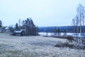 Dolda av dimman på Mörttjärnberget på andra sidan sjön i Albacken har Statkraft en park med 37 vindkraftverk.