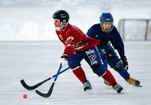 Förre Selångerspelaren Erik Vikholm gjorde två mål och hjälpte sitt lag till en serieseger. UNIK var det klart piggare laget under stora delar av matchen. På bilden syns även Selångers Erik Bergström.