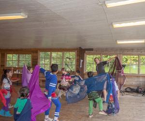 Annelie Lindberg dansar orientalisk dans tillsammans med barnen.