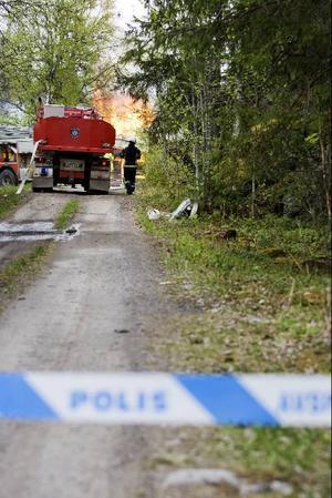 Polisen spärrade av brandområdet med anledning av en explosionsrisk.