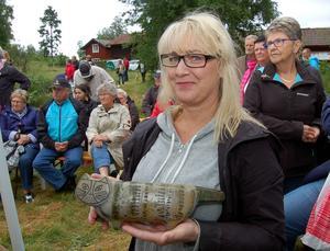 Åsa Svanlindh visar upp en katt av klassisk Lisa Larsson-design.