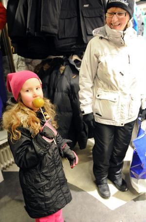 Sofia Lif och Anna-Lena Olsson värmde sig i en av butikerna.