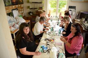 Lena Nilsson, Monika Lingberg, Gudrun Ekengren, Kerstin Holmström, Sonja Olofsson, Birgitta Dahlén, Siv Spingh provar på konstformen Encaustic art. Maj-Britt Simble (i rosa tröja) instruerar.