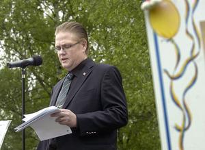 Kommunfullmäktiges ordförande Nils Erik falk talade till studenterna i Öjeparken.