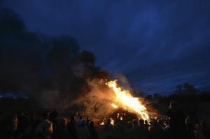 Bra fyr. Facklorna ur tåget från Skyllbergs bruk tände bålet vid Skyllbergsvallen.