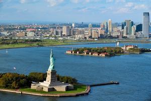 Frihetsgudinnan och Ellis Island i bakgrunden.