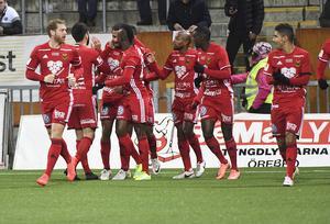 Östersund jublar efter chockstarten; 1–0 redan efter tre minuter. Målskytten Alex Dyer kramas om.