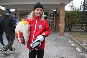 Viggo Elfström, 10 år, är på plats redan på förmiddagen och lämnar in en kasse med hockeygrejer.