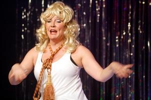 Mysig tofs. Karin i full action i ett nummer med knytning till Hollywoodfruar.