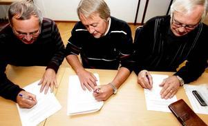 Det var ett högtidligt ögonblick när de tre partierna i Sandvikens nya majoritetskonstellation på onsdagen skrev under sitt gemensamma politiska program. Per-Johan Emtell (MP), Åke Söderman (S) och Aage Hansen (NO) var de tre som satte dit sina namnteckningar under det historiska dokumentet.