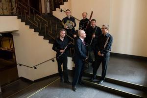 Kungliga Filharmonikernas Blåsarkvintett reser på turné till bland annat Söderhamn, Färila och Hudiksvall med pianisten Bengt Forsberg.