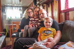 Faster Lena Svenssons hus känns nästan lika mycket som hemma för Sandra och John som det här huset som de delar med pappa Erik Svensson.