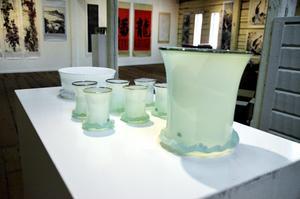 Öst möter väst. Så vill Johanna Martin från den lokala konst- och kulturföreningen beskriva utställningen på konsthallen i Askersund.