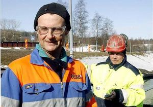 Stefan Jonsson och Per-Erik Nylund från Färila i Hälsingland arbetar med att bredda tunneln under Gådeåberget.