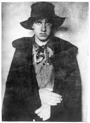 Blev relegerad. Majakovskij 1911, då han studerade på skolan för måleri, skulptur och arkitektur i Moskva. Senare relegerades han, efter en skandalkantad uppläsningsturné med andra futurister.