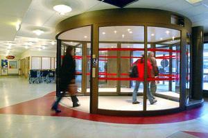 Röda Korsvärdarna ska finnas vid sjukhusets entré och ska fungera som ställföreträdande närstående. Satsningen startar i januari 2014.