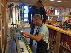Jonas Lindqvist på Topsport i Bruksvallarna hade många kunder som ville prova skidor, få hjälp med vallning och annat under premiärhelgen.