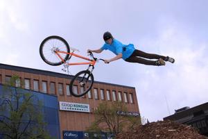 Joakim Wahlgren visar upp sig med sin mountainbike på Stortorget i Gävle. I går slängdes han och hans kompisar av tåget i Älvkarleby eftersom de hade cyklarna med sig.