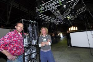 Bygger om. Valborgskonserten i Magasinet ska ge den klassiska musiken en annorlunda inramning lovar Mats Omne och Lotta Pantzar, bland annat ljusspel och rörliga bilder på stora videoprojektionsskärmar.