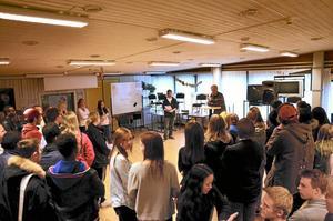 Stort intresse. Många av eleverna stannade till på vägen till matsalen och lyssnade på politikerna som berättade om sina ambitioner i Europaparlamentet. Här är det Hlödur Bjarnason (KD) som svarar på frågor från Robert Andersson från skolvalsgruppen.Foto: Sofia Gustafsson