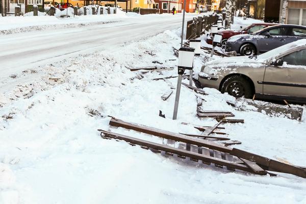 En bil fick sladd på spåriga vägen genom centrala Sveg och körde ner ett staket och flera stenstolpar häromveckan.