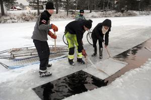 Toppblocket har sågats loss och ska nu lyftas upp ur vattnet. På bilden Tommy Nilsson, John Persson, Charlotte Raaum och i bakgrunden Daniel Nilsson.
