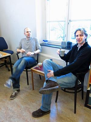 Docent Patrik Sörqvists, till vänster, dricker kaffe med doktoranden och kollegan Anatole Nöstl.