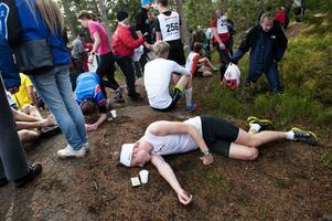 Hackmoras bergslopp är ingen lek. Många trötta löpare pustade ut länge på backen när man hade passerat mållinjen.