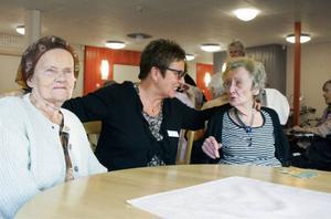 Ruth Gärdin Berglunds glädje över gasellutmärkelsen smittade av sig på till vänster Ruth Bjöörn, 84 år och bördig från Lit, och 87-åriga Rut Lundin från Oviken.