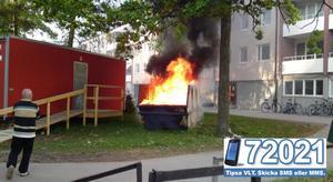 Det började brinna i en container på Viksäng på söndagskvällen.
