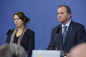 Åsa Romson och Stefan Löfven höll i går presskonferens under vilken man meddelade att Sverige nu sänker sig till EUs lägstanivå.