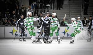 Stefan Edberg i gruff mot Sandvikenspelare.
