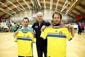 Glenn Hysén delade ut landslagströjor signerade av Sandvikensonen Kim Källström till Roger Morin, Sätra, och Bo Wik, Roslagen.