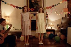 Obehagligt. Aggeliki Papoulia och Mary Tsoni spelar två namnlösa systrar som hålls inspärrade i sina föräldrars hus.