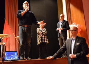 För byråkratiskt? Per Granlund, Roger Sixtensson och Bengt Storbacka och länsarkitekt Eva Kåverud under mötet som lockat ett femtiotal.