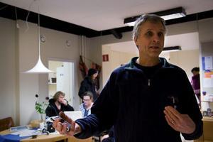 Thomas Eriksson, tillförordnad chef för Teater Västernorrland, ser fram emot en lösning på teaterns problem. Själva jobbar de stadigt med att förbättra arbetsmiljön.