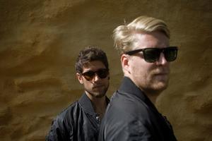 Joakim Nilsson och Johan Rensfeldt i Movits, som fått USA på fall. På bilden saknas tredje medlemmen Anders Rensfeldt.