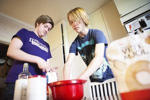 ska levereras. Daniel Östling och Pelle Frid är gymnasieeleverna som under sommaren driver företaget Fikavagnen.