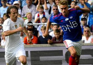 Rasmus Lindkvist, till höger, tros vara aktuell för AIK trots att han har ett år kvar på kontraktet med sitt lag Vålerenga.