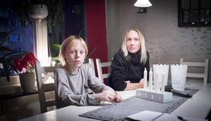 Viktor och Linda Karlsson är bekymrade över Kronofogdens krav.