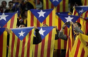 Sådana här flaggor är inte välkomna på läktarna i spanska cupfinalen.