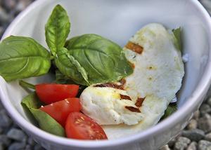 Halloumi klarar en vända på grillen. Serveras varm eller kall med god olivolja och späda grönsaker.