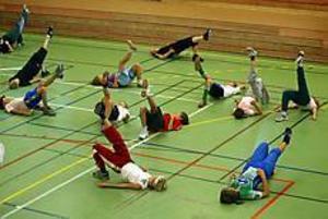 Foto: LARS WIGERT Lyft. Aerobics var en av tre sporter som några klasser på Norrsätraskolan fick prova på under onsdagen. Tanken bakom är att barnen ska bli mer intresserade av idrott och kanske välja bort datorn ibland.