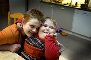 KRAMIG. Är det något som Alicia gillar så är det kramar och det gör hon ofta. Storebror Mattias har inget emot att kramas med sin syster.