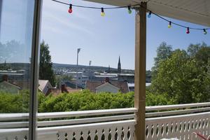 Från balkongen syns hela stan.