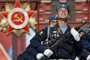 Ryska soldater firar Segerdagen 9 maj på Röda Torget i Moskva.