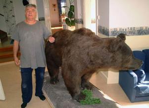 Hanz Jankoviz har i sitt turismföretag i Stugun fått låna Ragundabjörnen i tre år, något som Eija Dibba vänder sig emot.